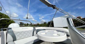 Splendor 259 Sunstar boat table and seating